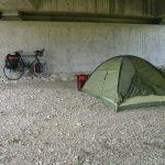 Zelt unter Brücke